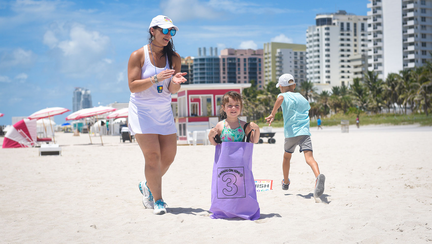 beach kids sack race led by Surfcomber DAYLIFE instructor