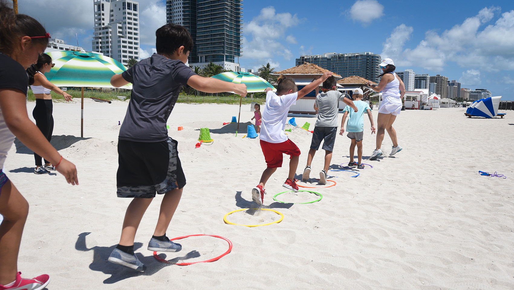 Surfcomber DAYLIFE beach instructor led game with kids going through obstacle course